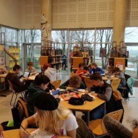 Les élèves du club manga s'entraînent pour le concours d'illustration